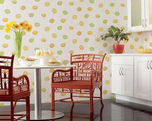 Нежные расцветки обоев на кухне