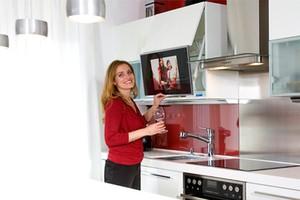 На какой высоте вешать телевизор на кухне
