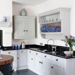 кухня с черной столешницей фото