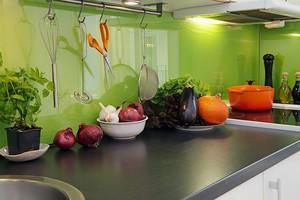 Фартук на кухне салатового цвета