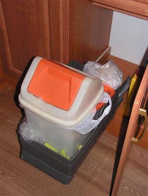 Традиционное пластикатовое мусорное ведро - урна с крышкой